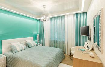 Светло-бирюзовая спальня с телевизором