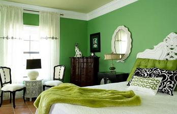 Тёмно-зелёная спальня с красивой мебелью