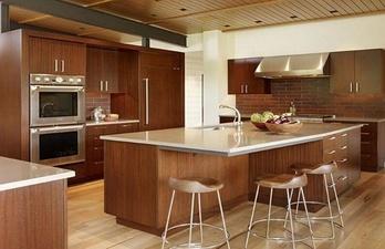 Кухня в коричневых тонах с островом