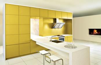 Кухня в светлых тонах с современной техникой