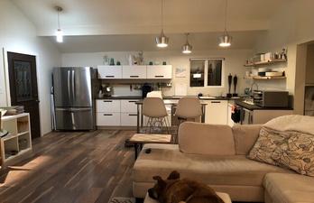 Светлая студия с угловой кухней