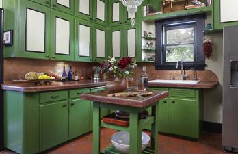 Кухня в зелёных тонах с островом