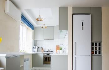 кухня с синими занавесками