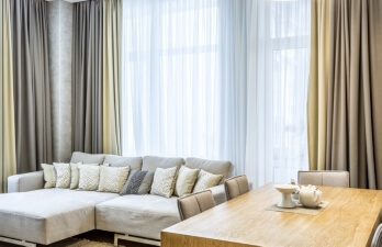 гостиная с серым диваном