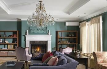 гостиная комната с камином
