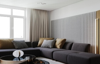 гостиная с чёрным диваном